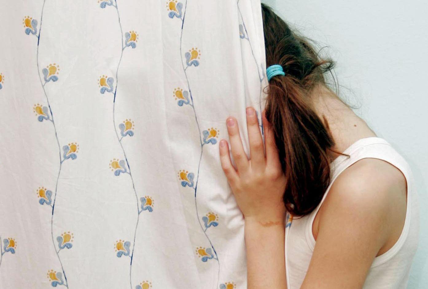 Abusa della figlia di 5 anni, arrestato