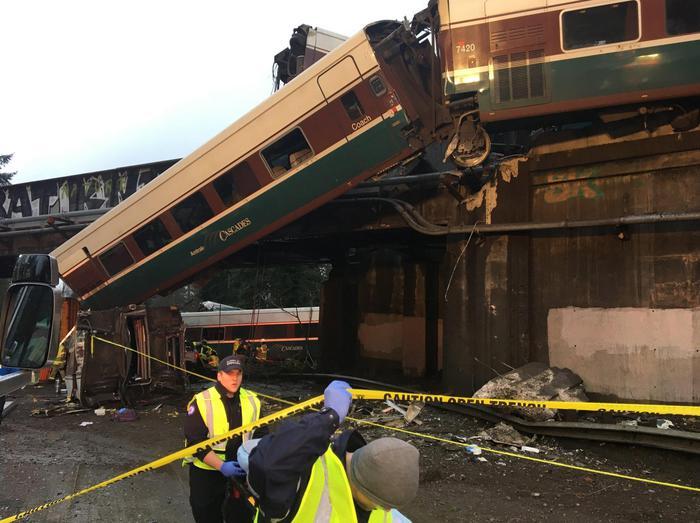 Treno deraglia e cade sulle auto, almeno 6 morti in Usa