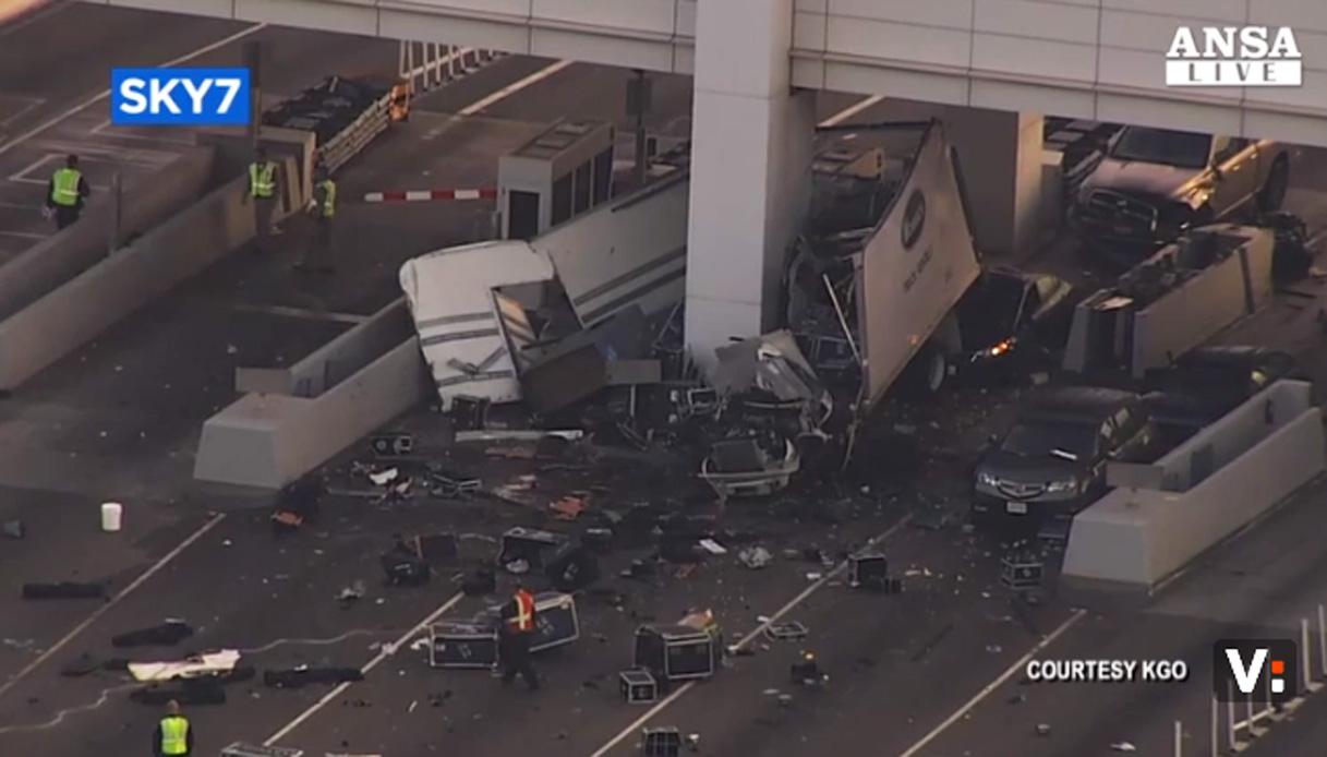 Camion centra casello su Bay Bridge, una vittima
