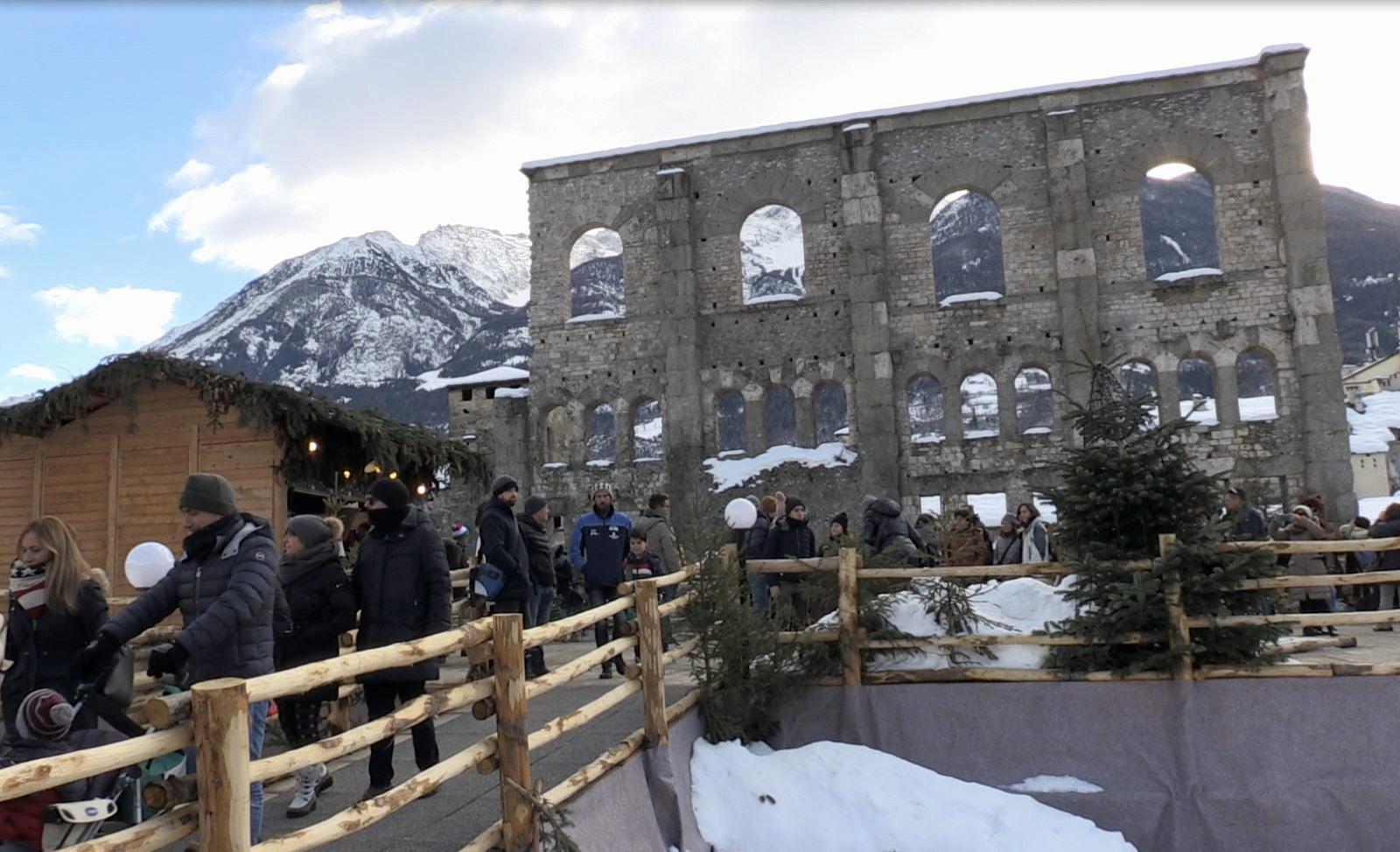Natale, folla ai mercatini di Aosta
