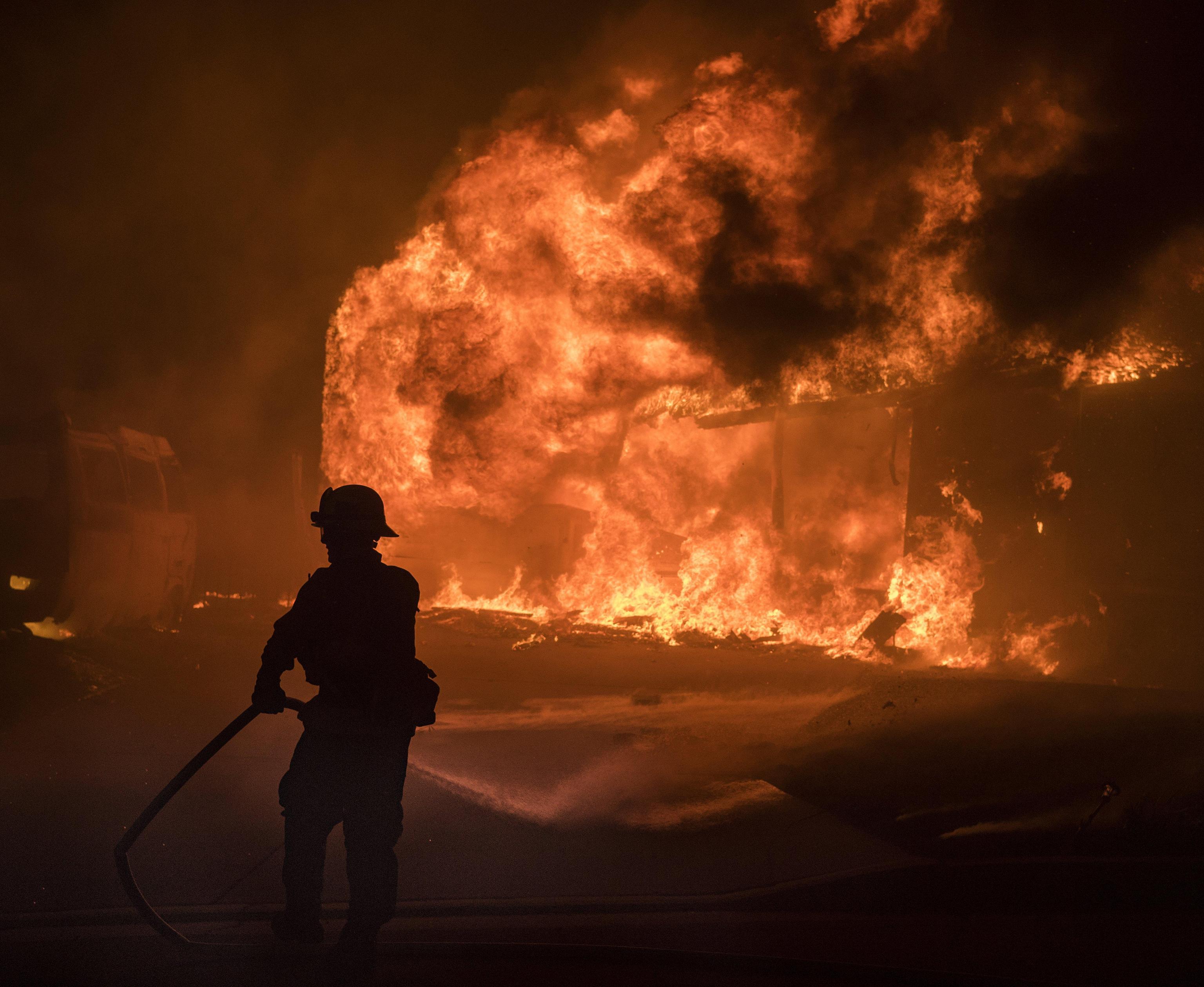 Incendi California, evacuate 8000 case