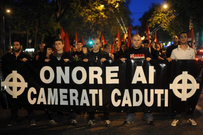 Polizia perquisisce membri estrema destra a Varese