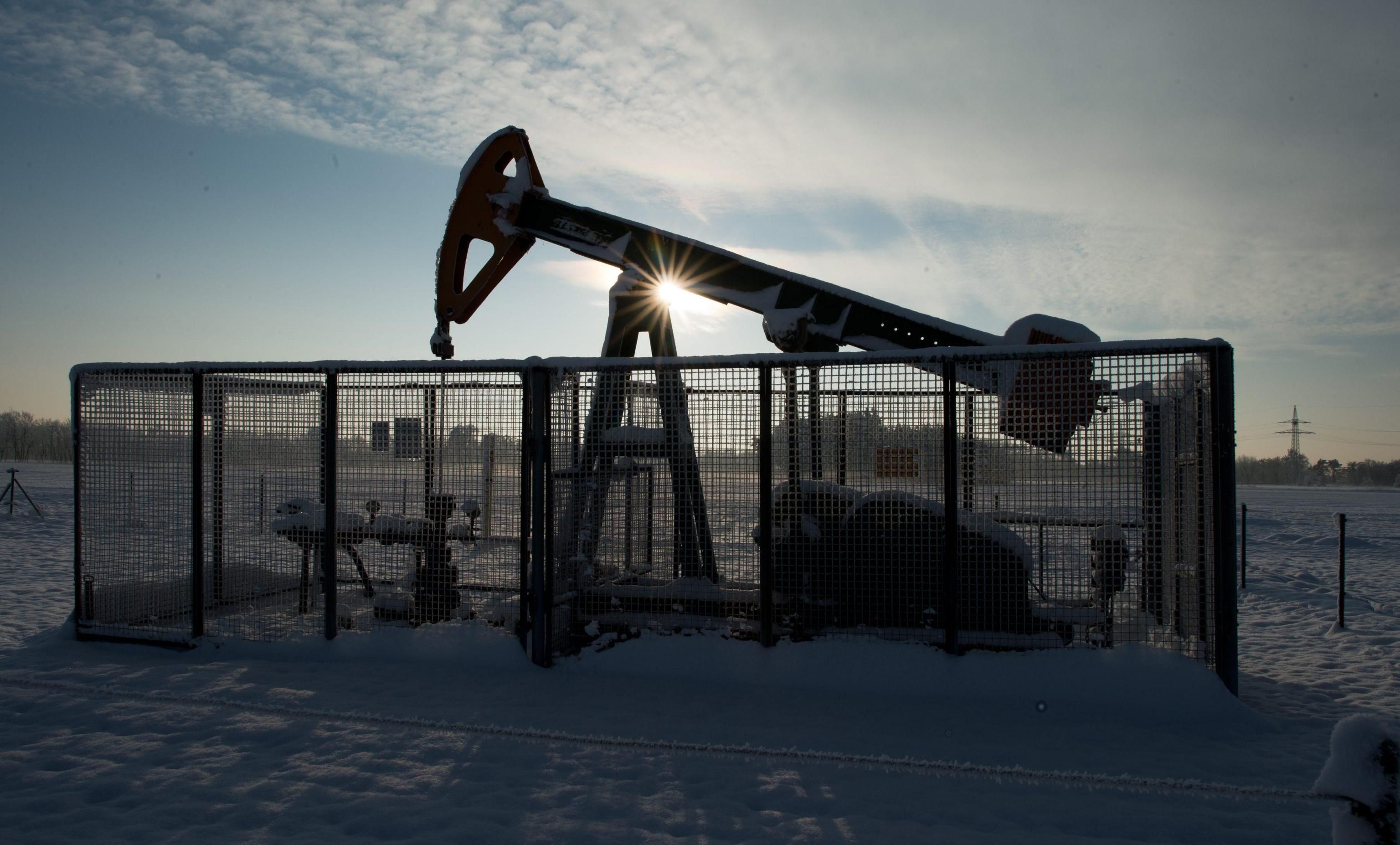 Petrolio: in rialzo a 57,24 dollari