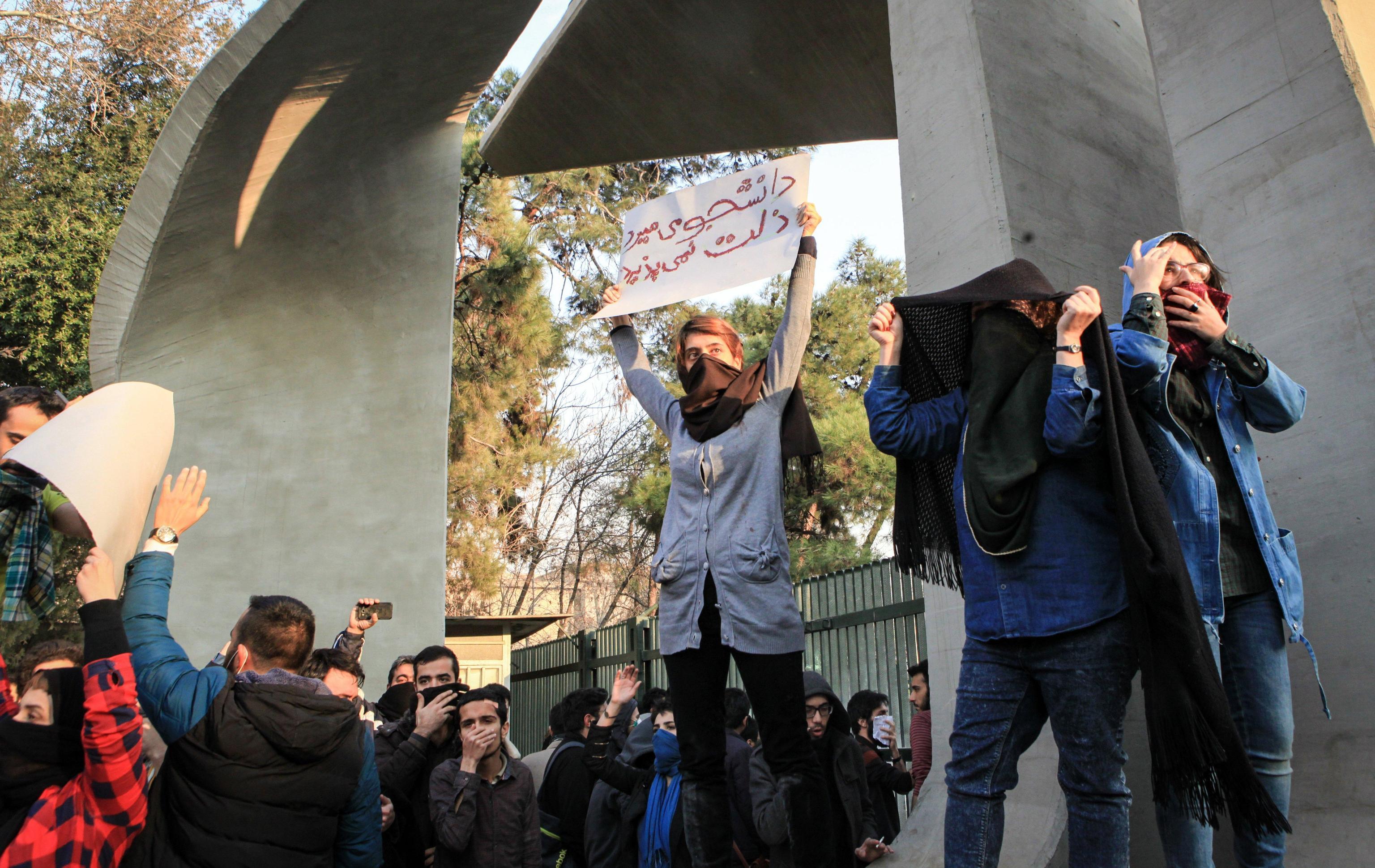 Iran, stop a Instagram e Telegram