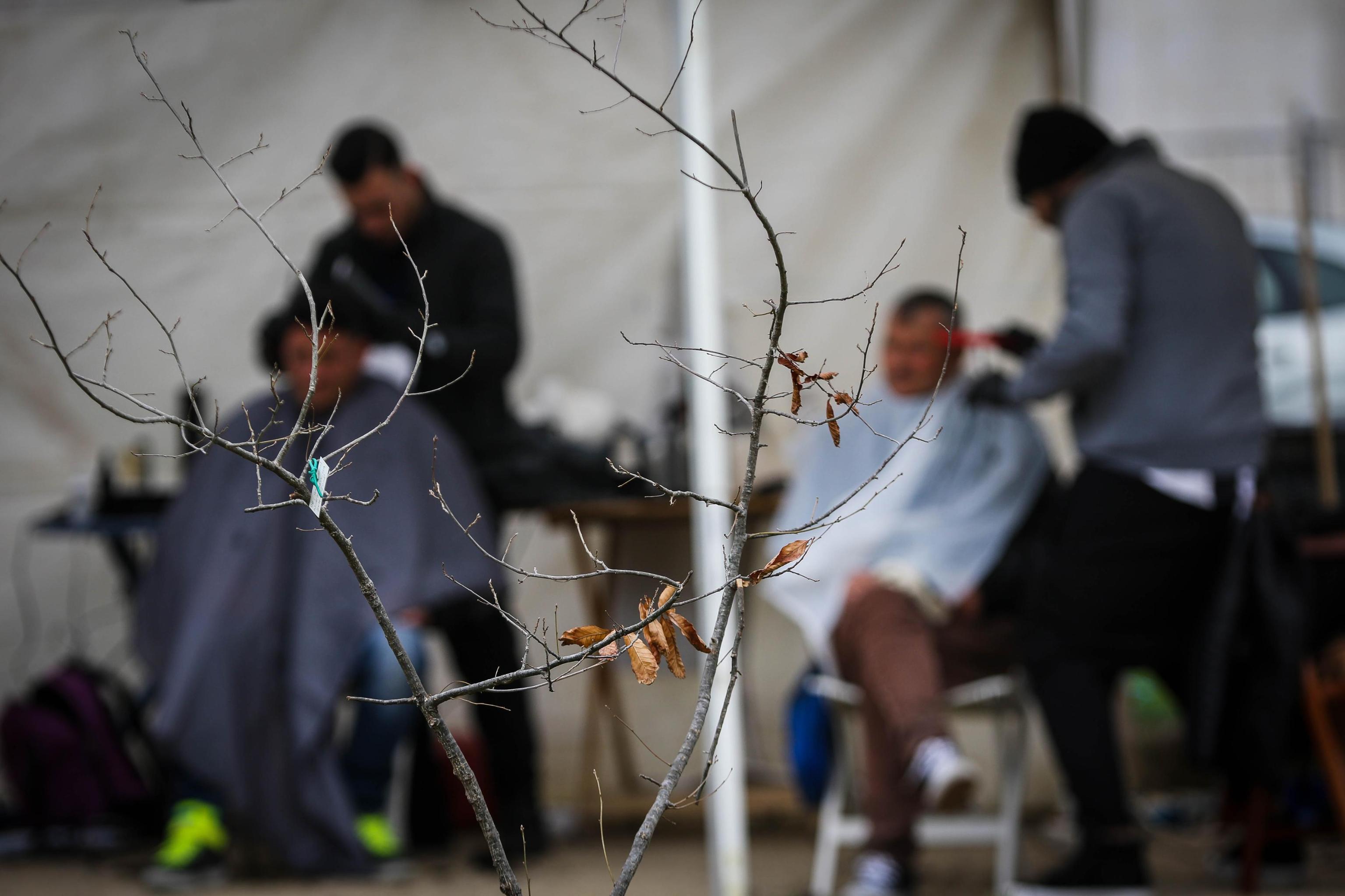 A Napoli parrucchieri per taglio povertà