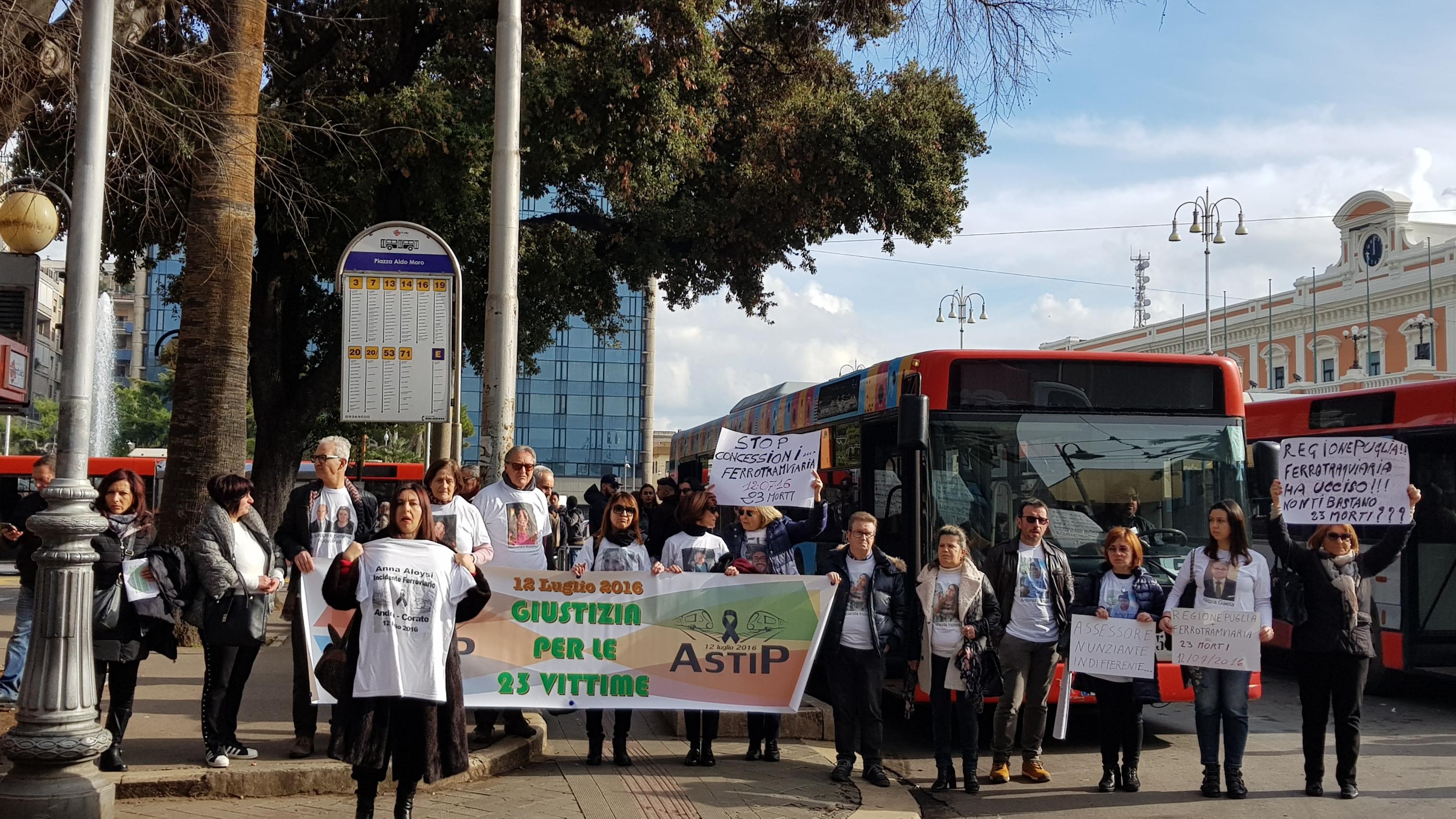 Scontro treni: protesta parenti vittime