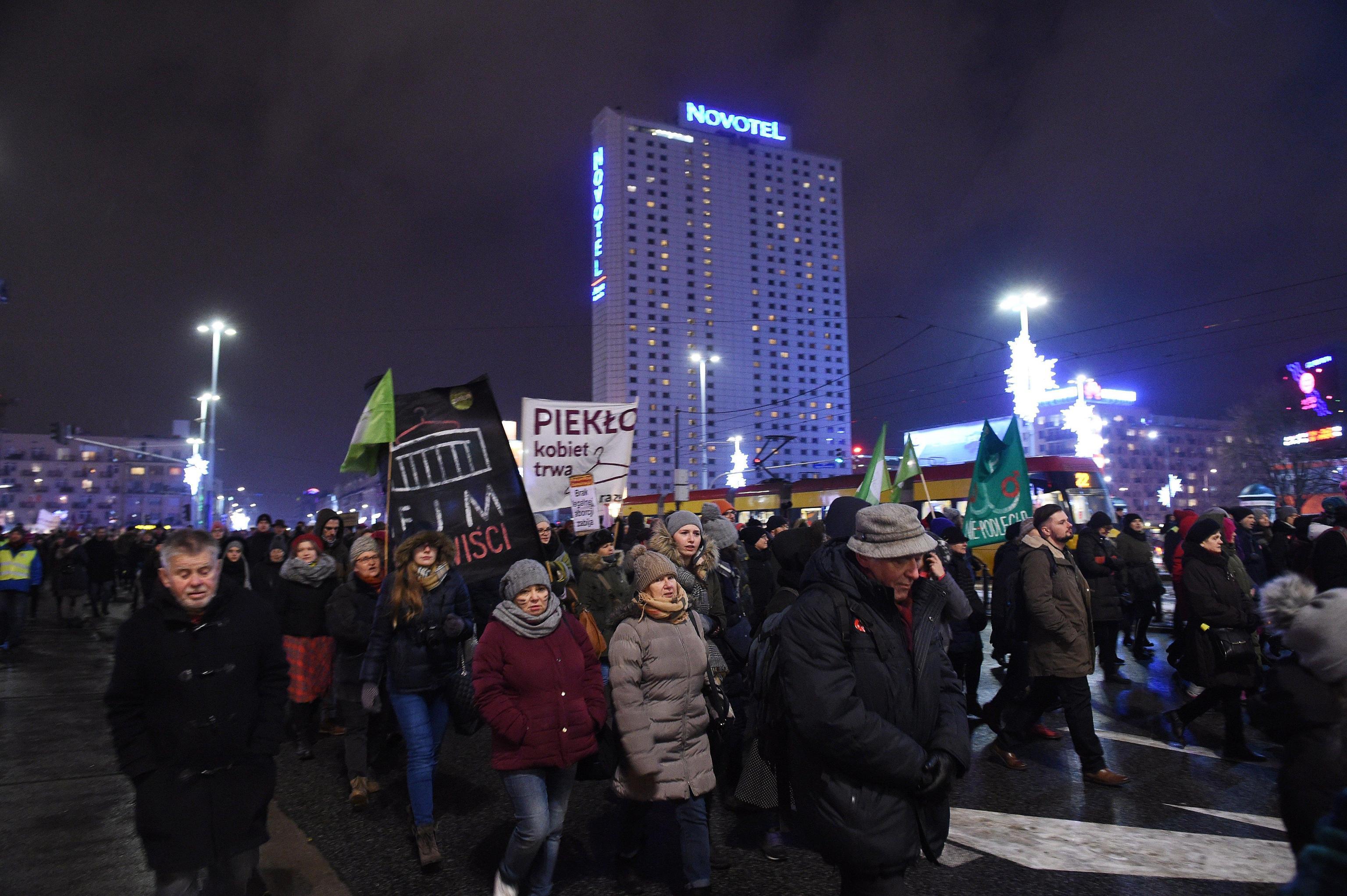Polonia: migliaia contro stretta aborto