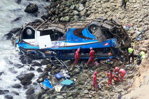 Perù, bus precipita dal promontorio: almeno 48 morti
