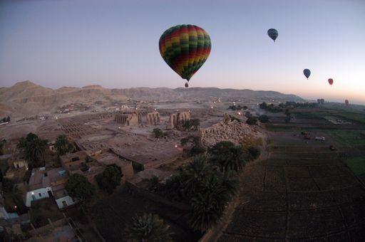 In Egitto una mongolfiera con turisti a bordo si è schiantata al suolo