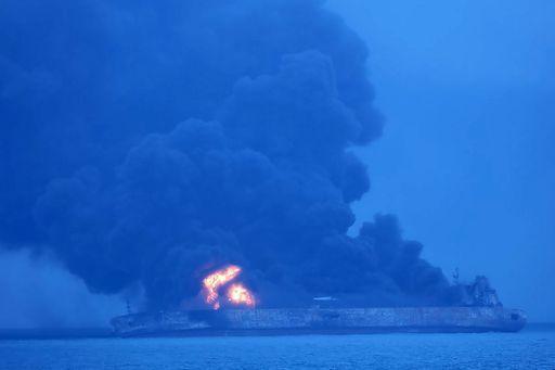 Petroliera in fiamme, si teme un disastro ambientale
