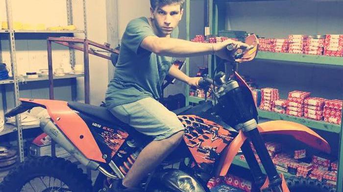 Luca, a 19 anni muore sul lavoro incastrato in un tornio