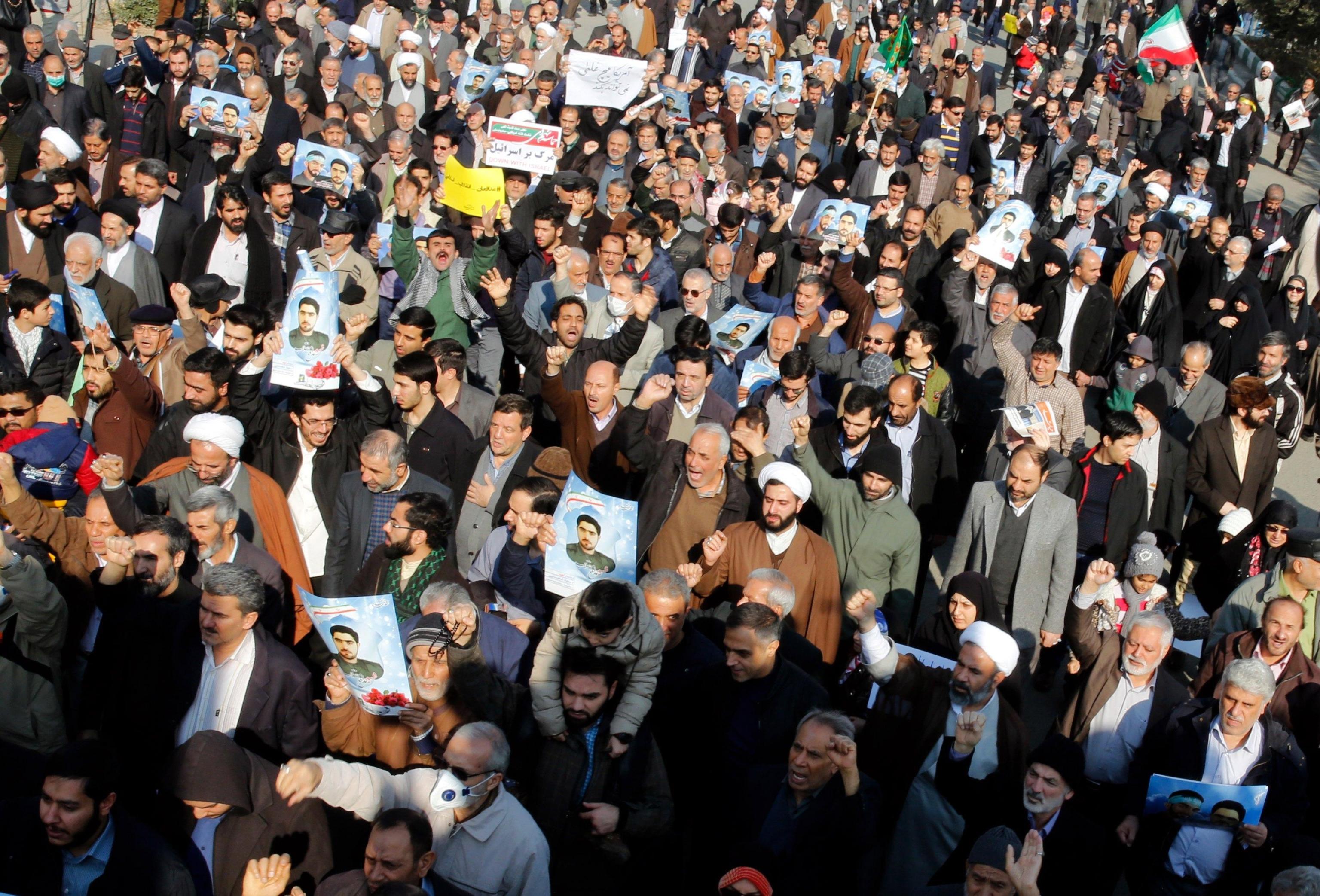 Iran: centinaia manifestanti pro-governo