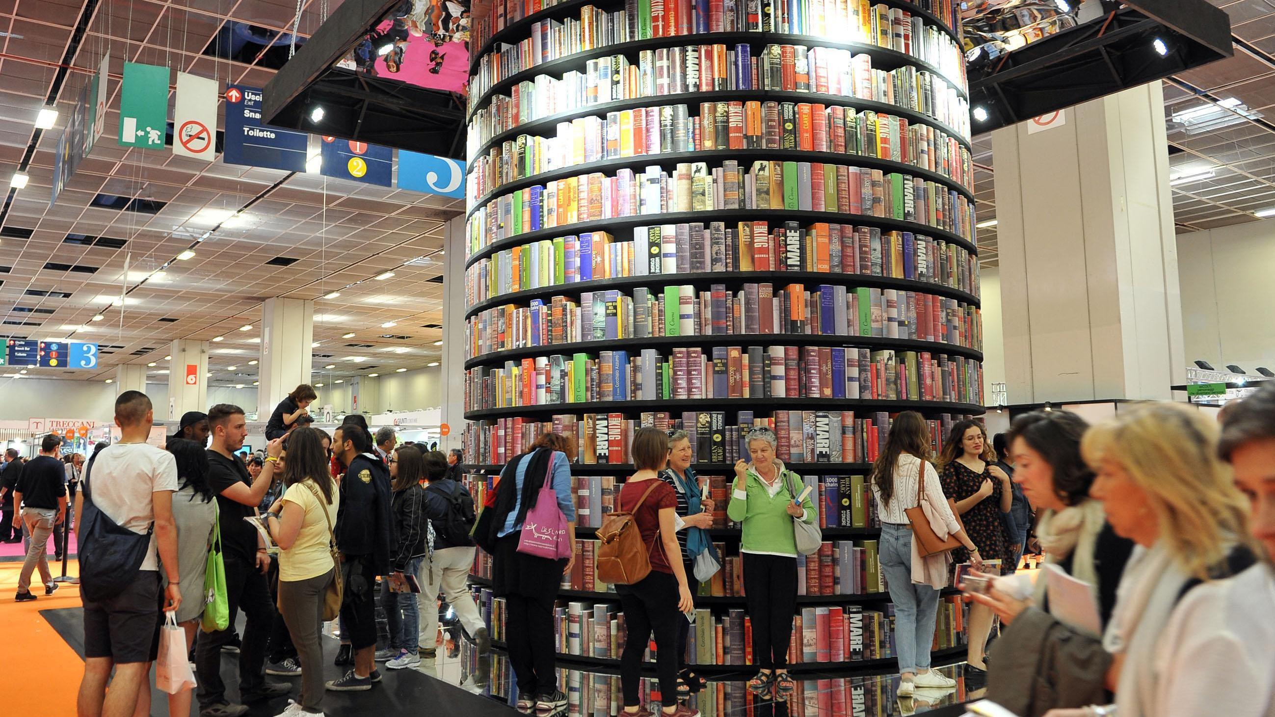 Parigi, macchina Salone Libro è partita