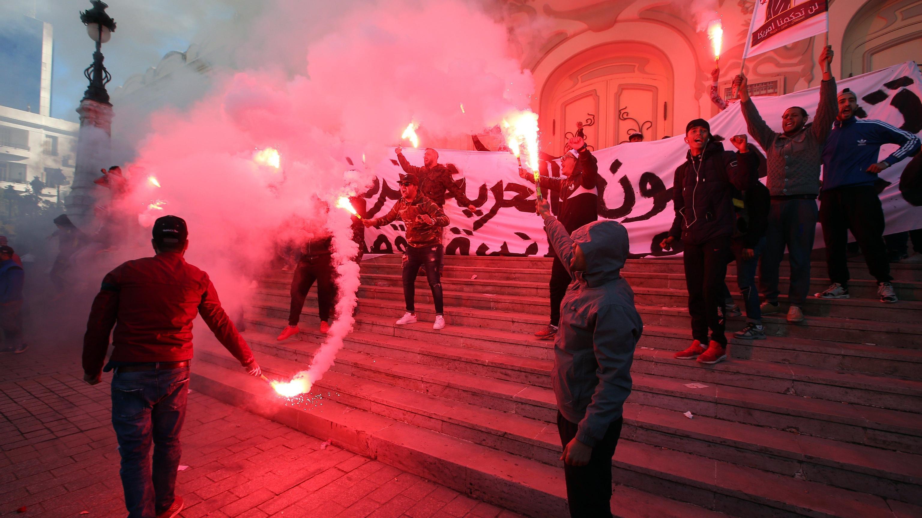 Tunisia: migliaia in piazza