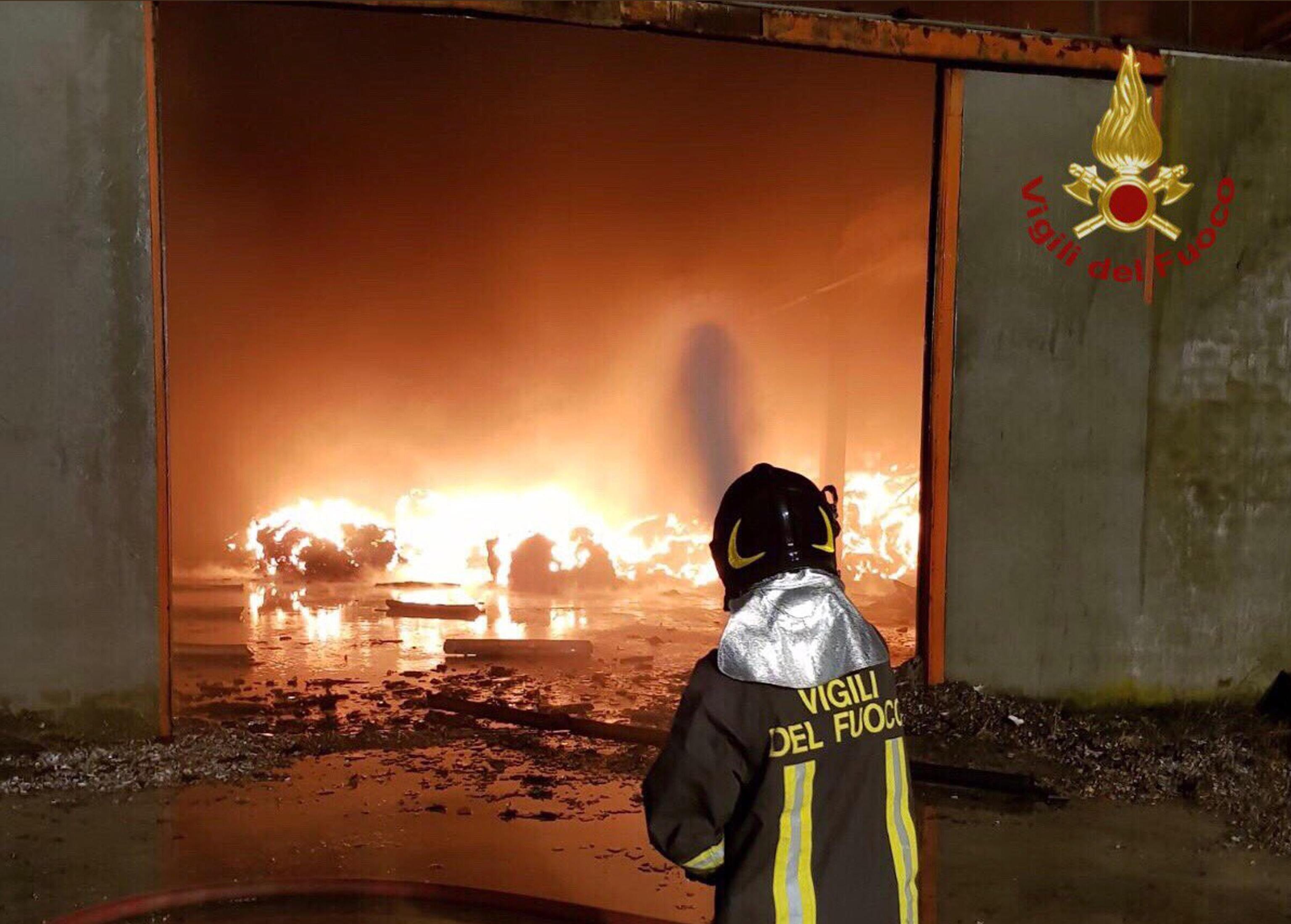 A fuoco rifiuti nel savonese, fumo denso