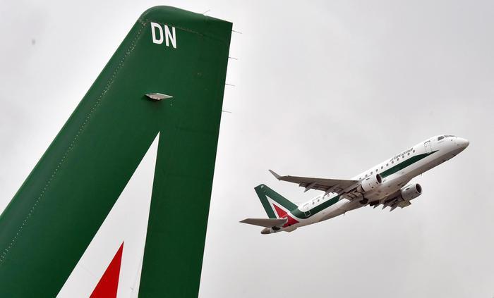 Calenda: 'Tre offerte per Alitalia, a giorni la scelta'