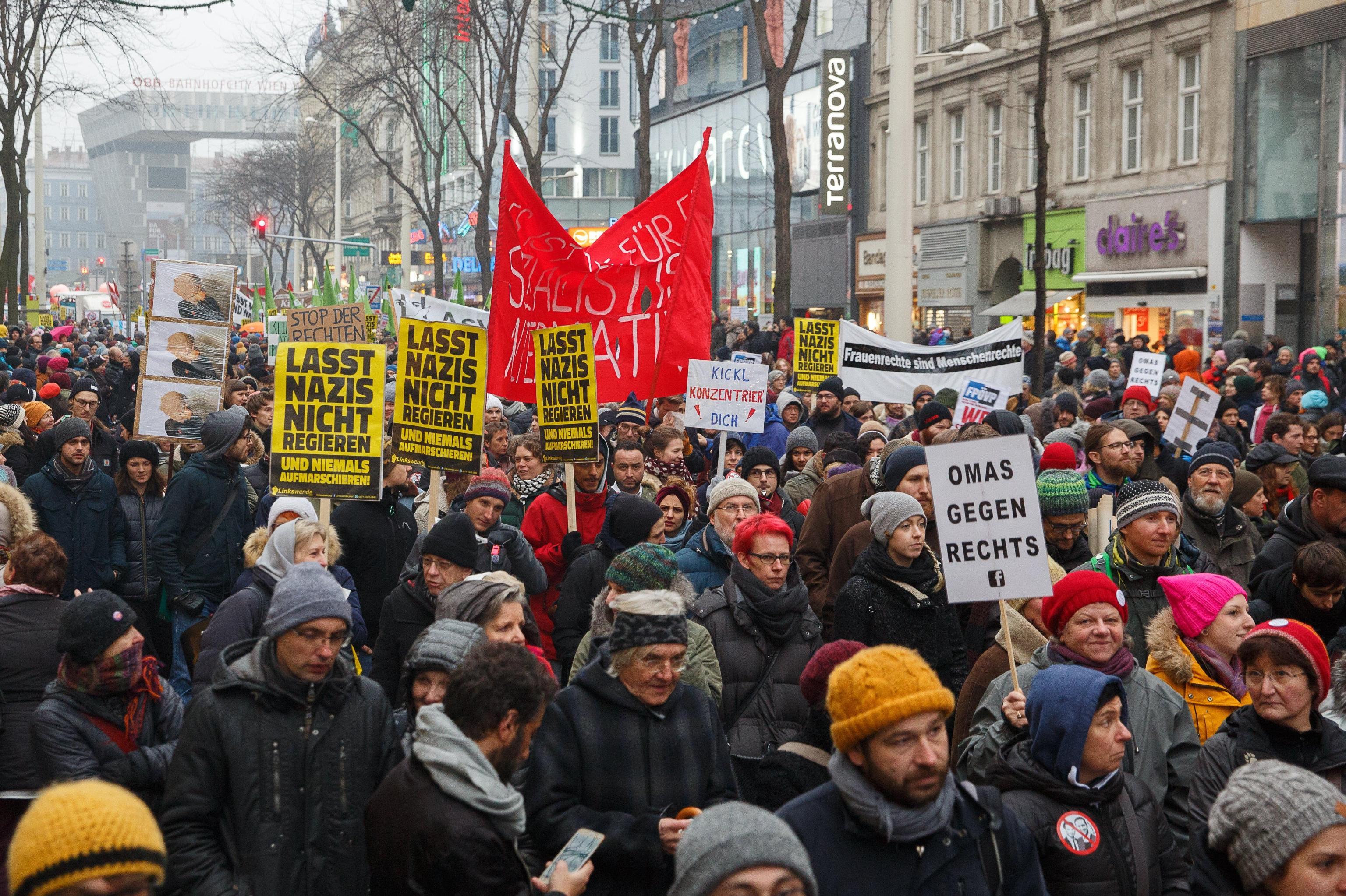 Austria: decine migliaia contro governo