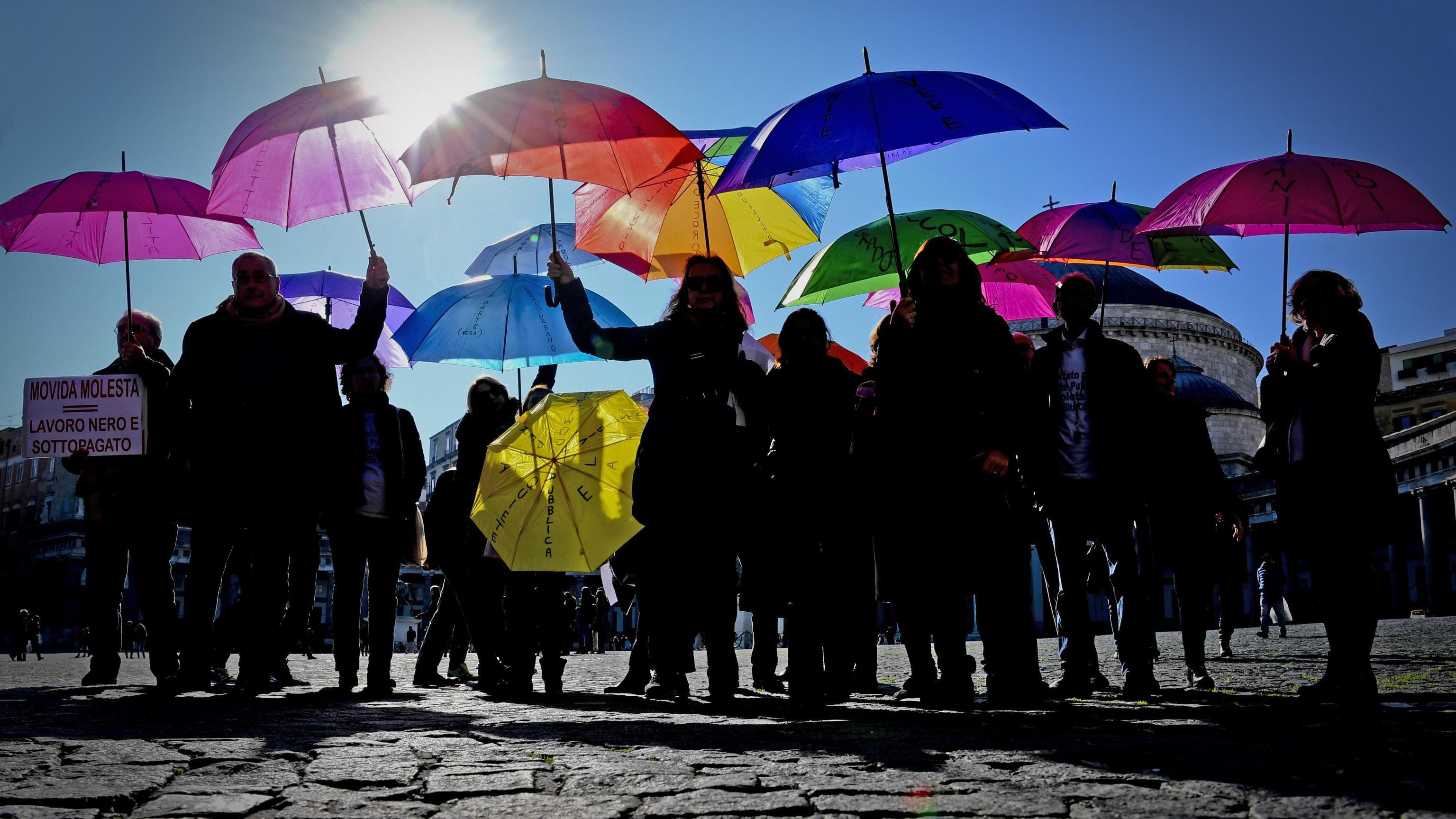 Napoli, marcia ombrelli per la sicurezza