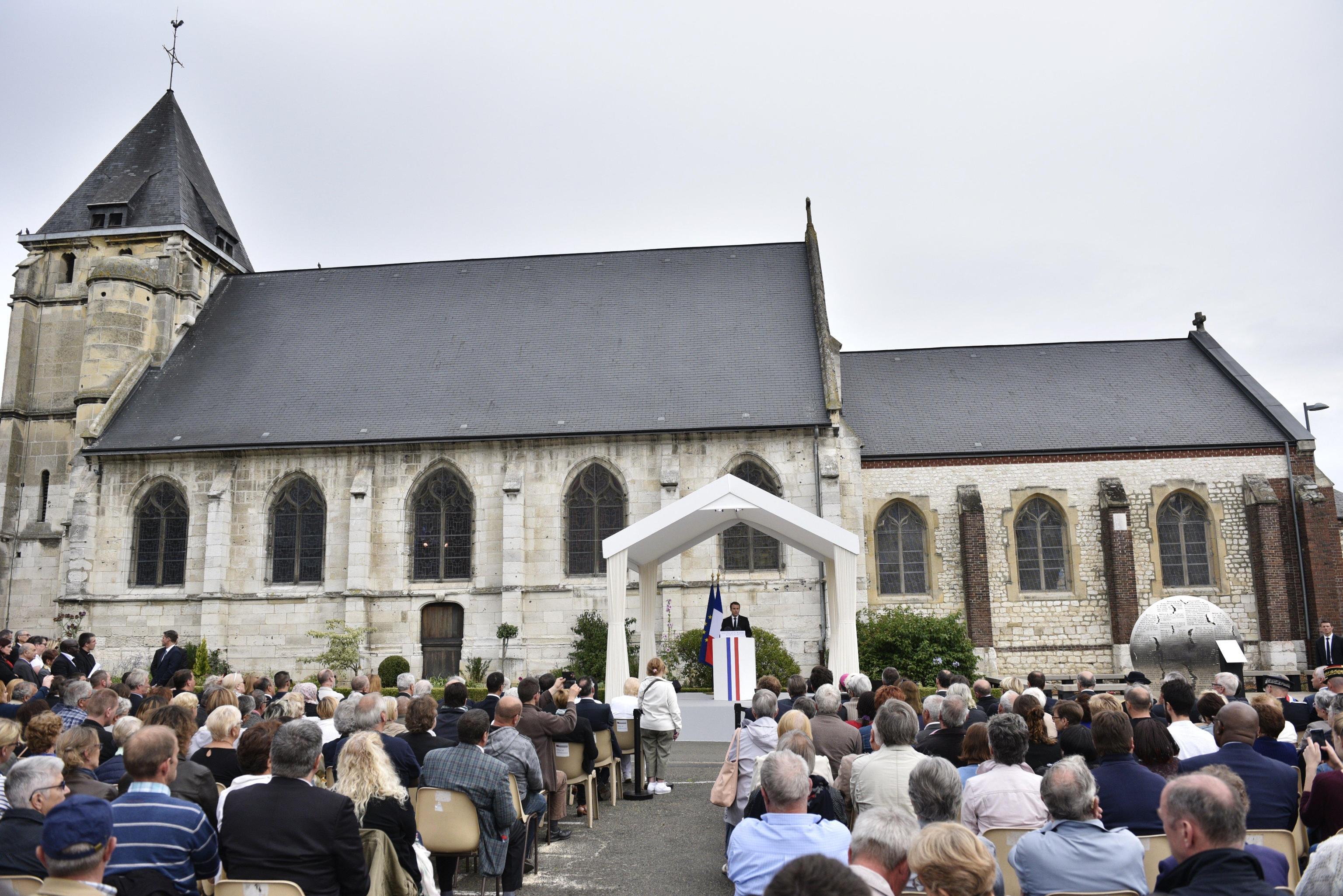 Francia: padre Hamel, 007 nella bufera