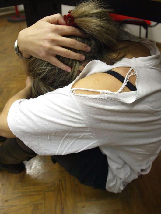 'Non stare sola con papà', 14enne abusata per mesi