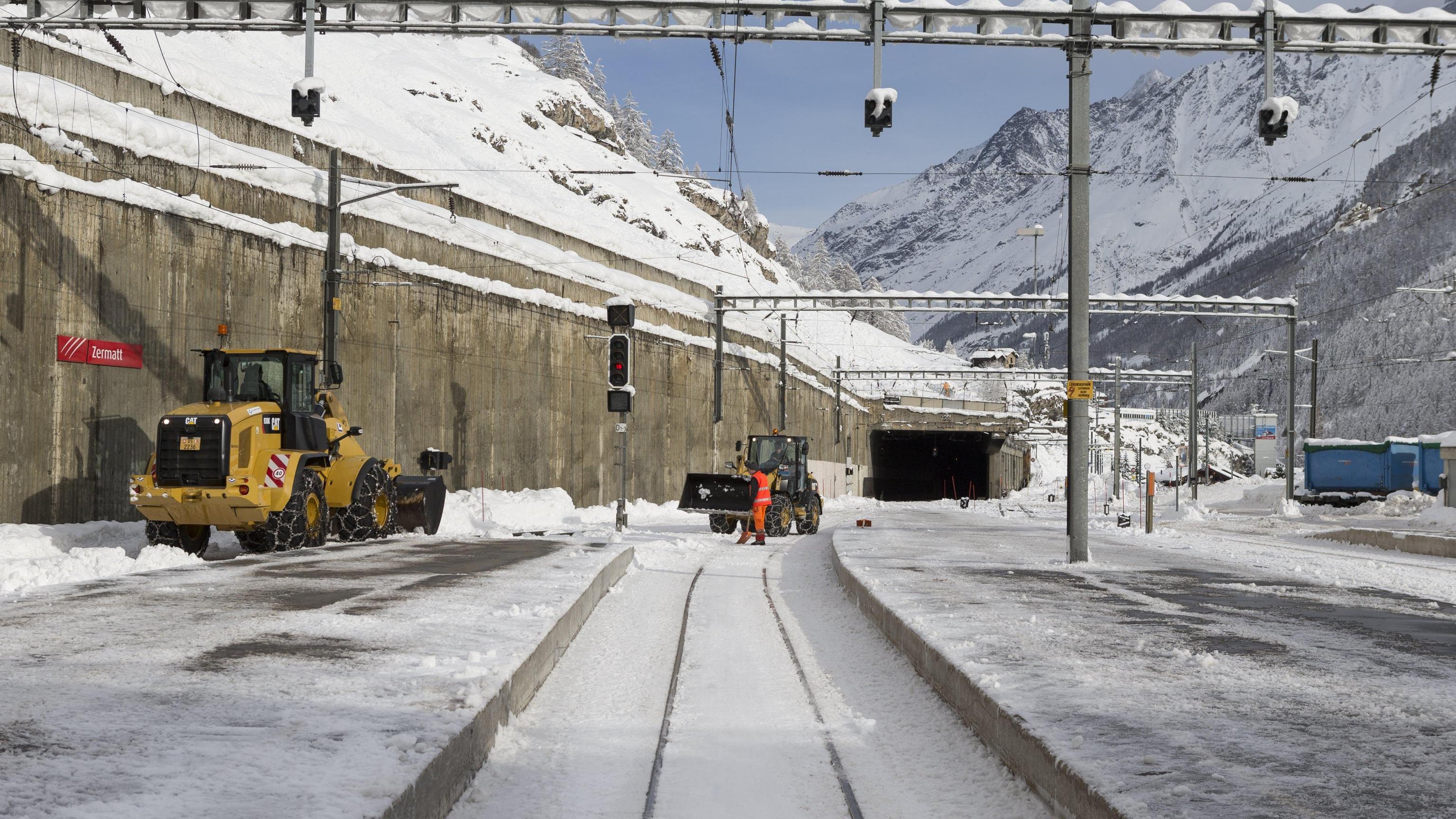Parte treno carico turisti da Zermatt