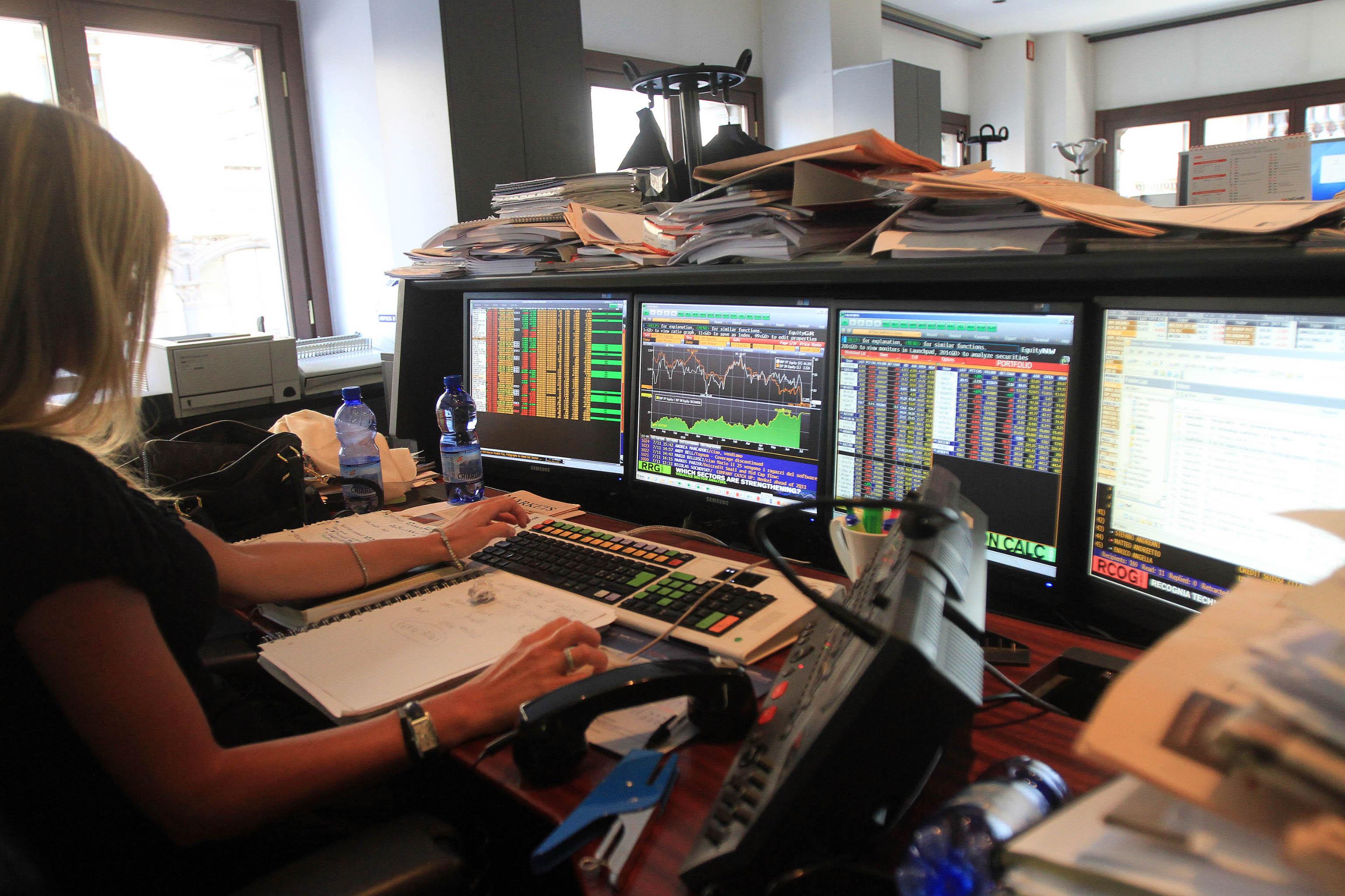 Borsa: Milano prosegue piatta, giù Fca