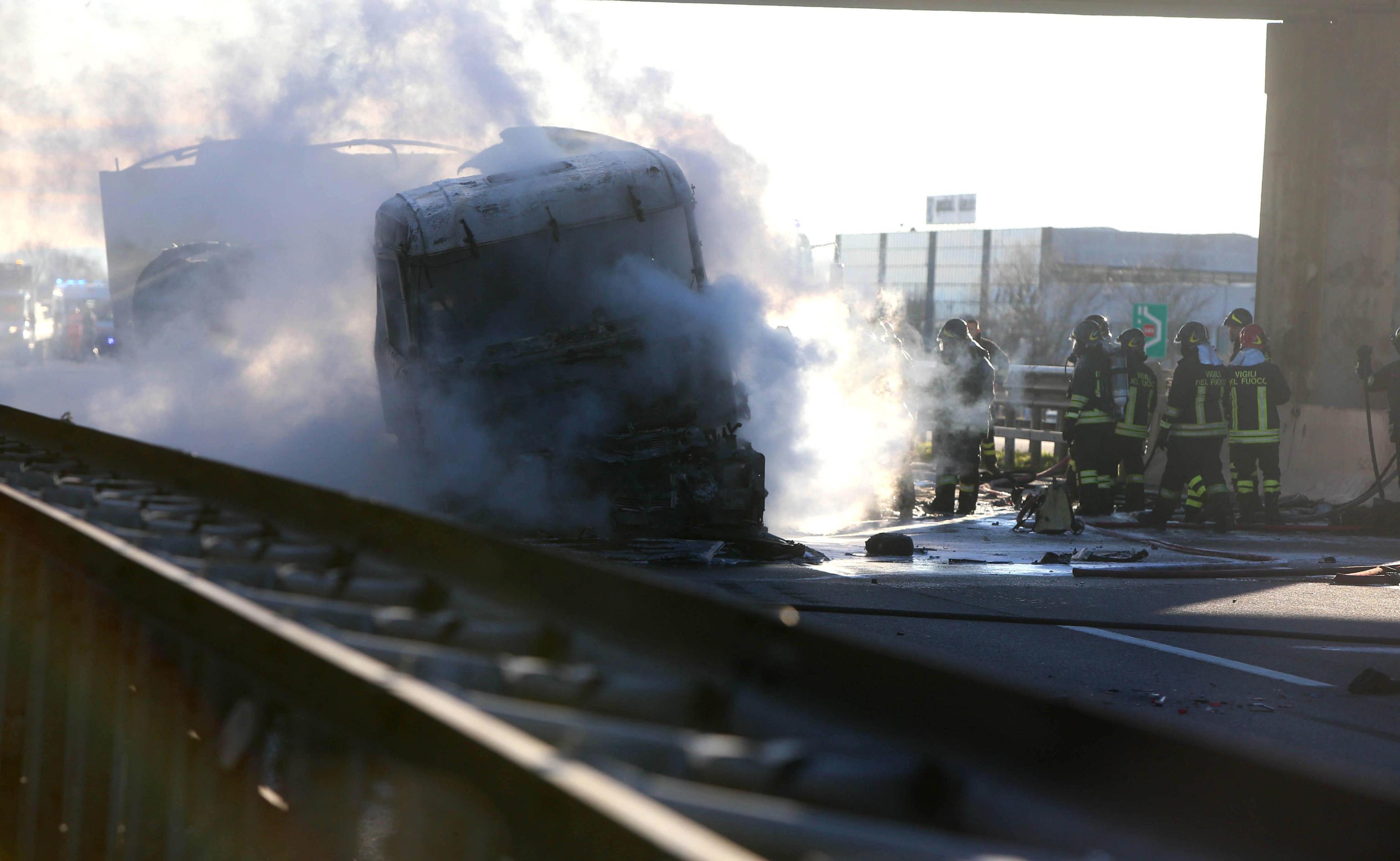 A21, Polstrada: camionista era distratto