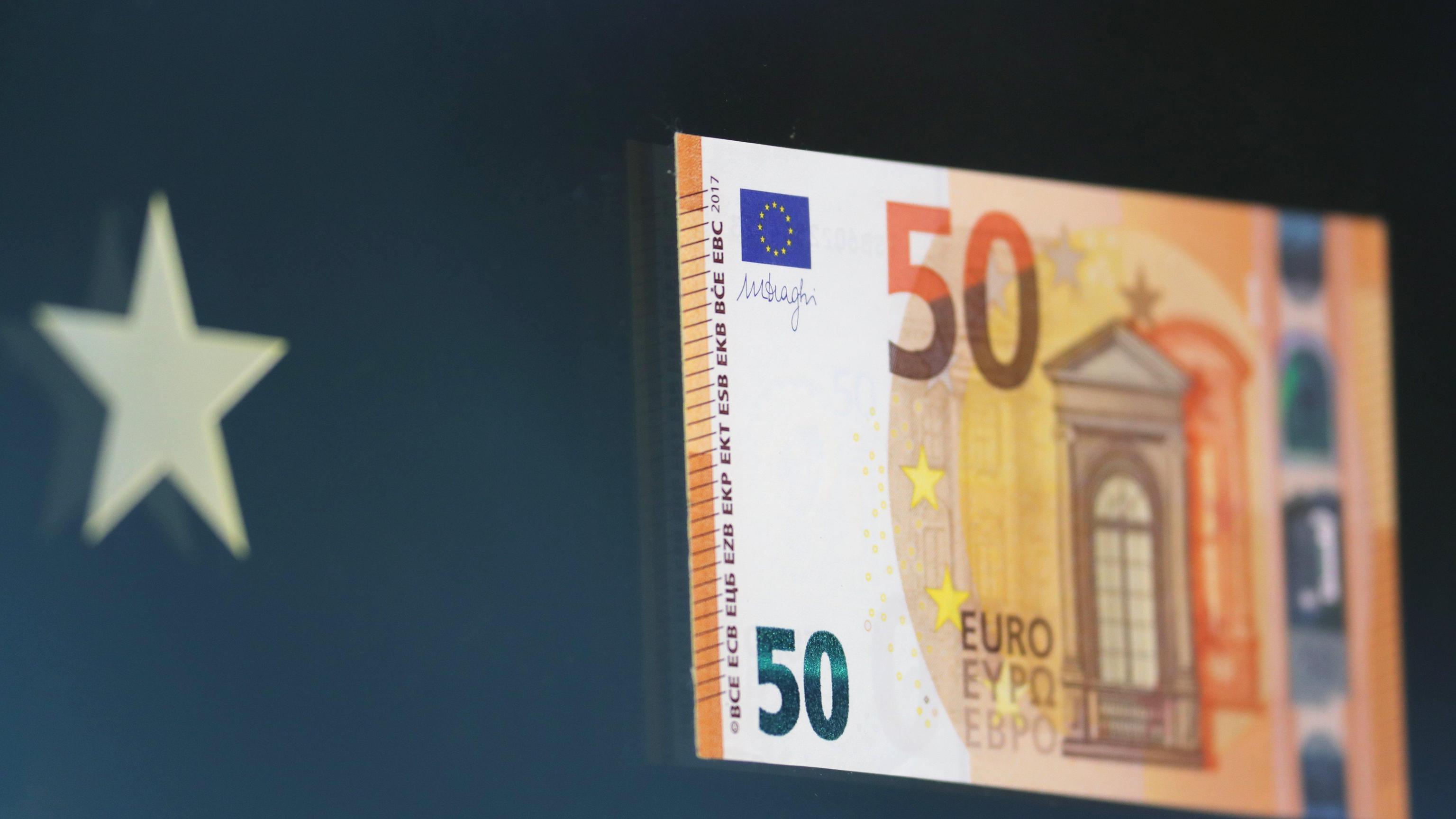 Cambi: euro saldo sopra 1,22 dollari