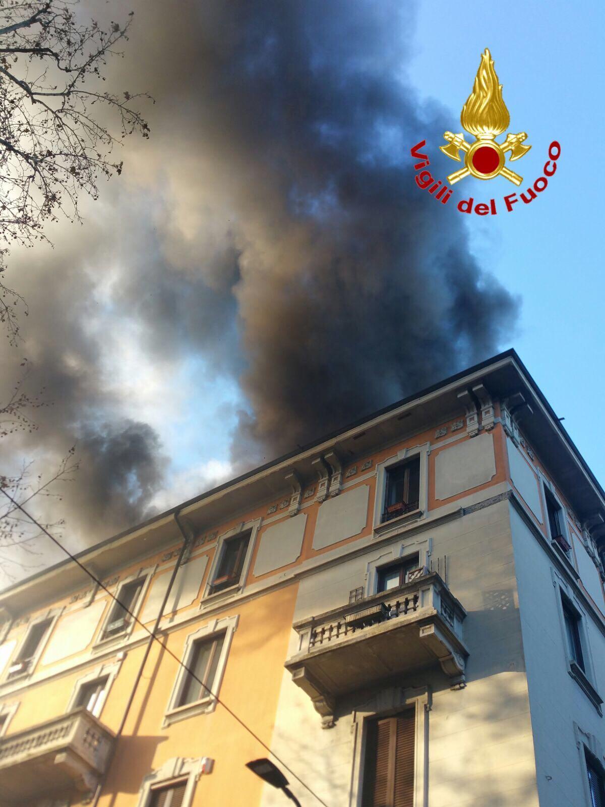 Incendio in mansarda, evacuato disabile