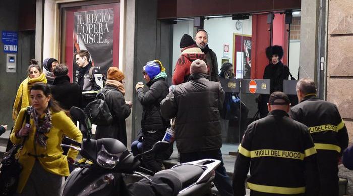Crolla scena della Turandot, feriti coristi del Regio di Torino