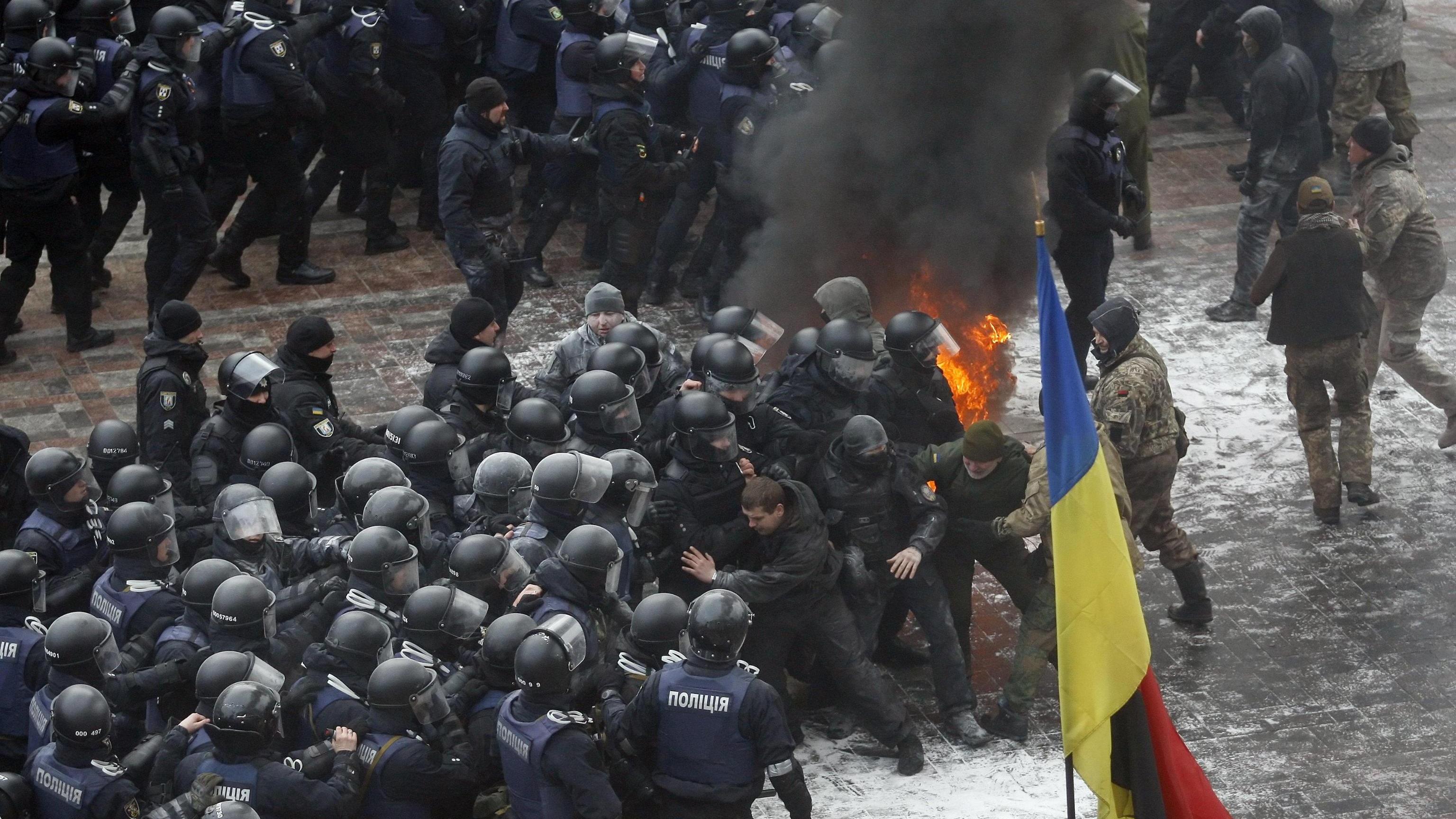 Ucraina, scontri a Kiev su legge Donbass