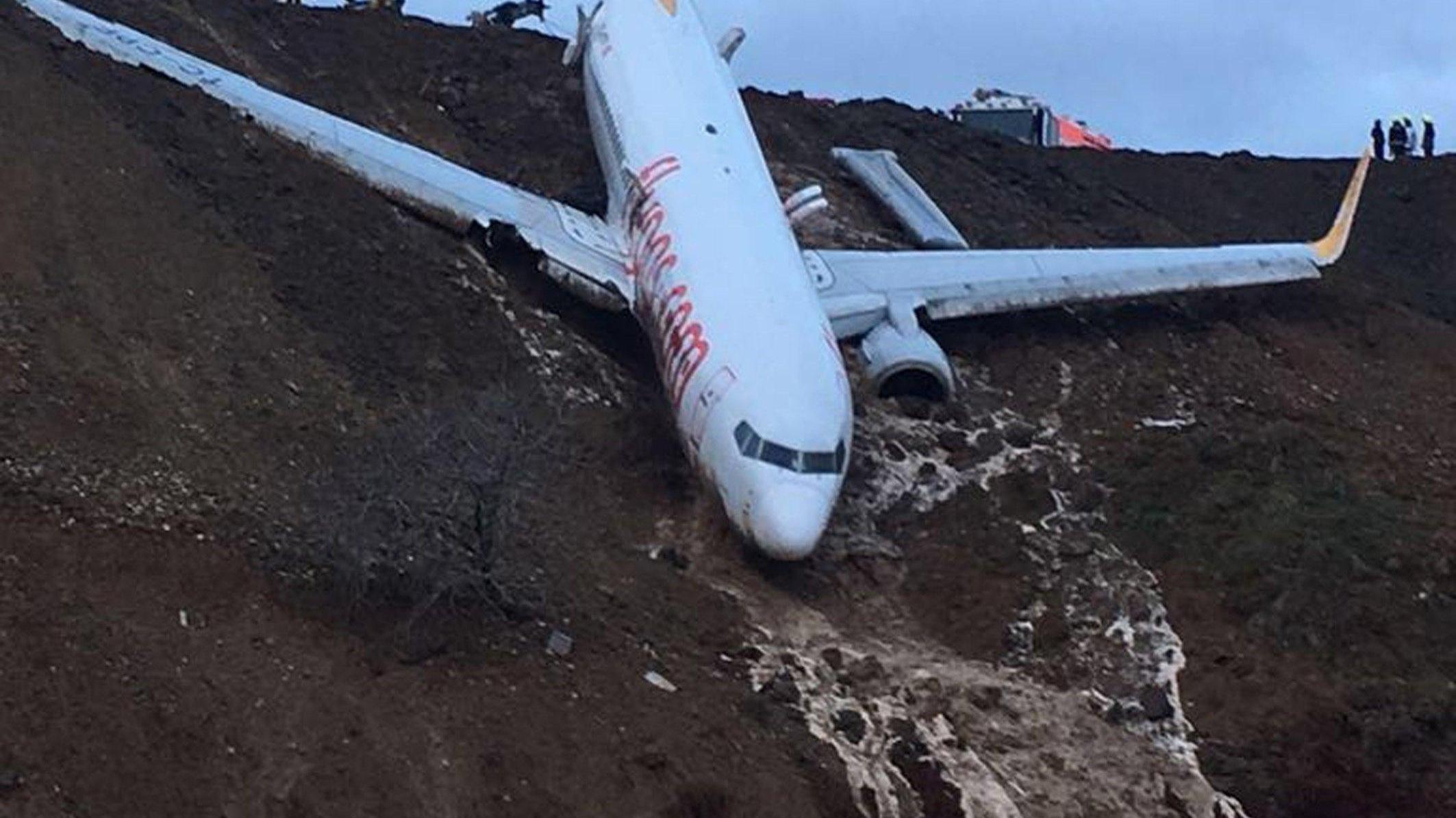 Turchia: aereo scivola lungo scogliera