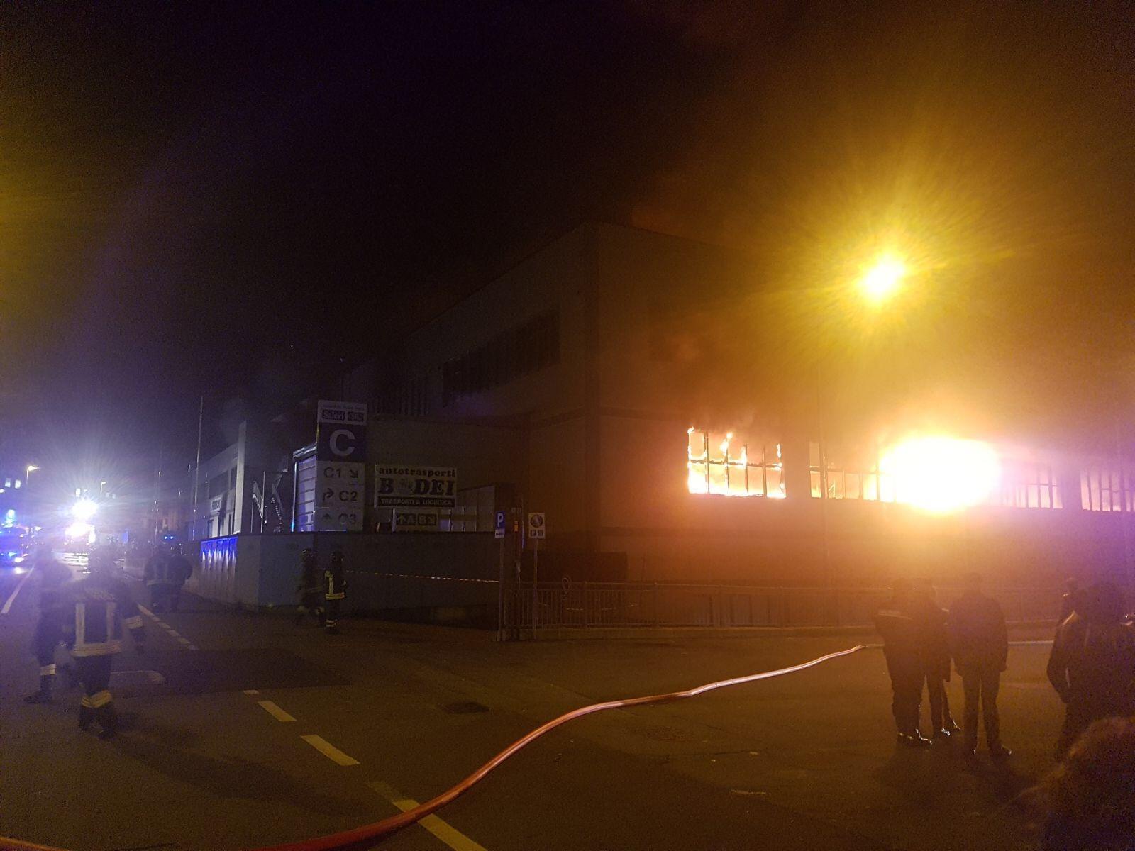 Pompieri al lavoro per incendio in ditta