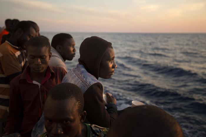 Migranti: a Pozzallo in 359, anche 3 morti