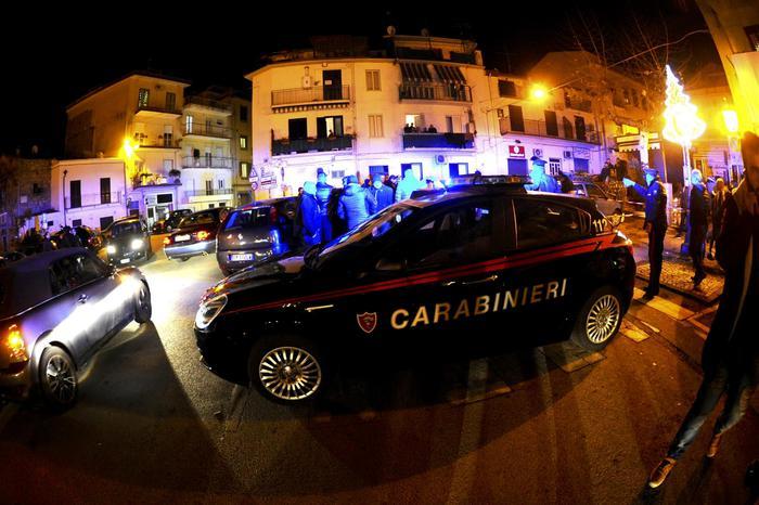 Napoli, in 10 con una catena rapinano due ragazzi
