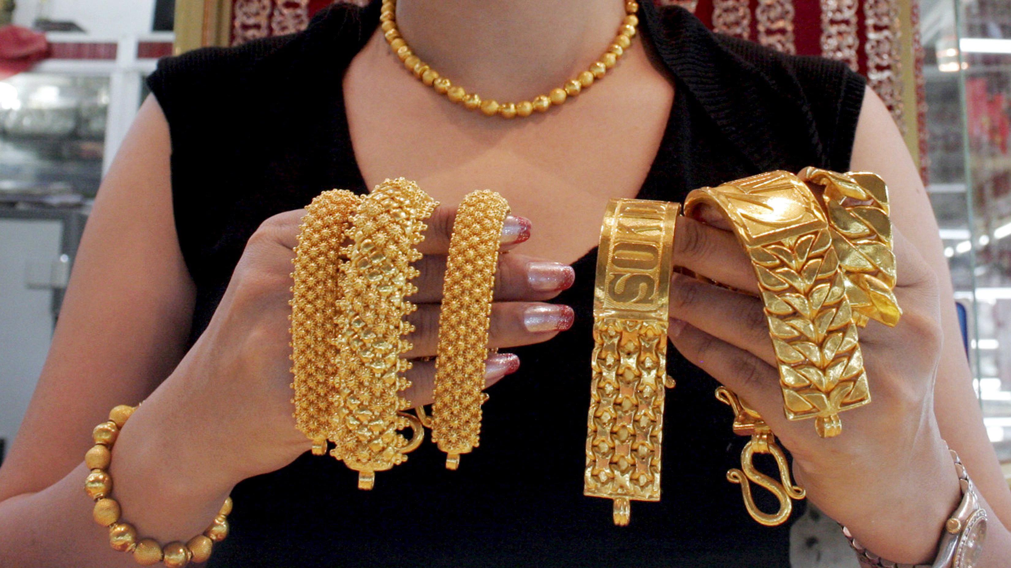 Oro: sale a 1.325 dlr, top da settembre