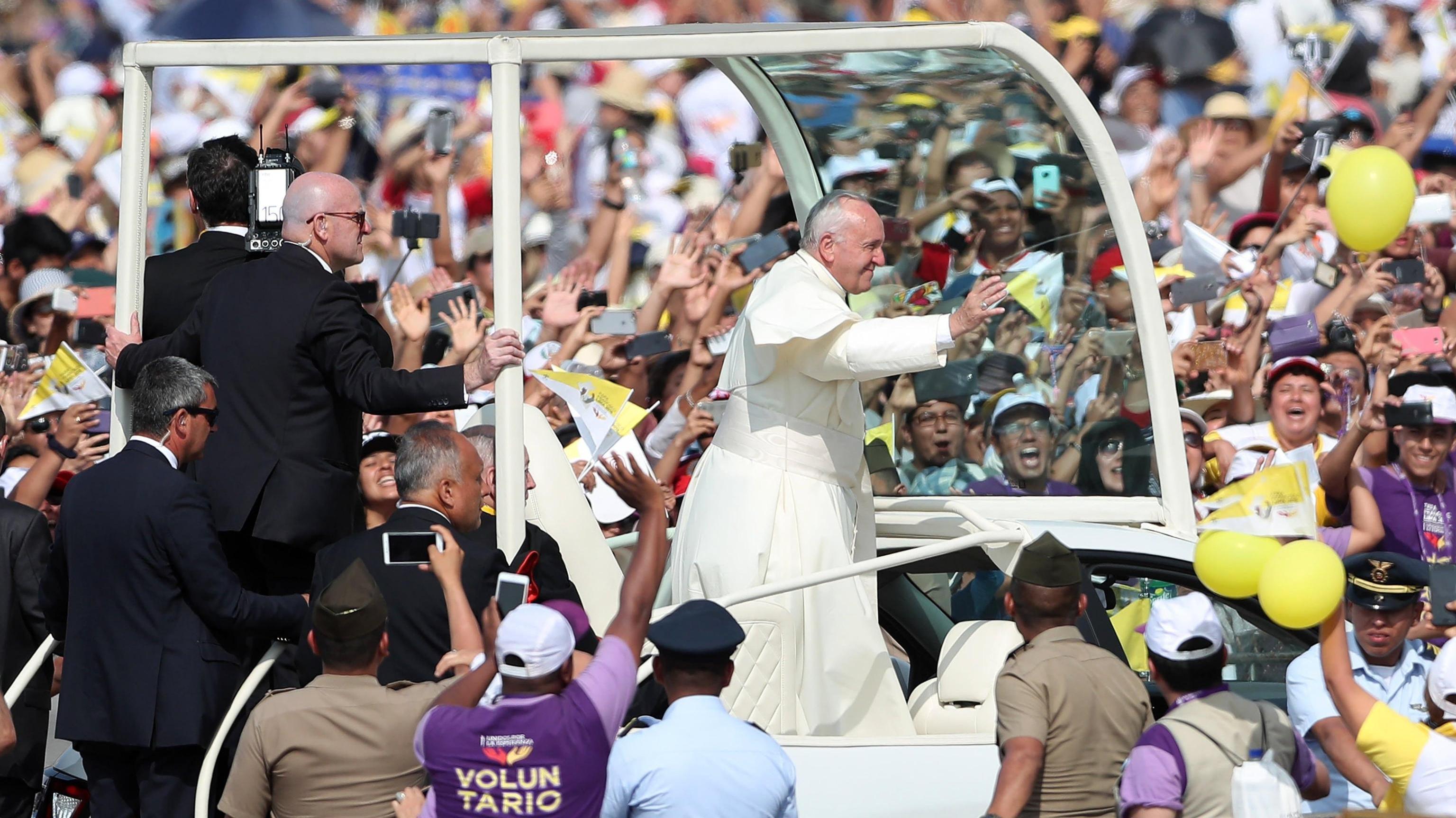 Papa saluta il Perù, 'terra di speranza'