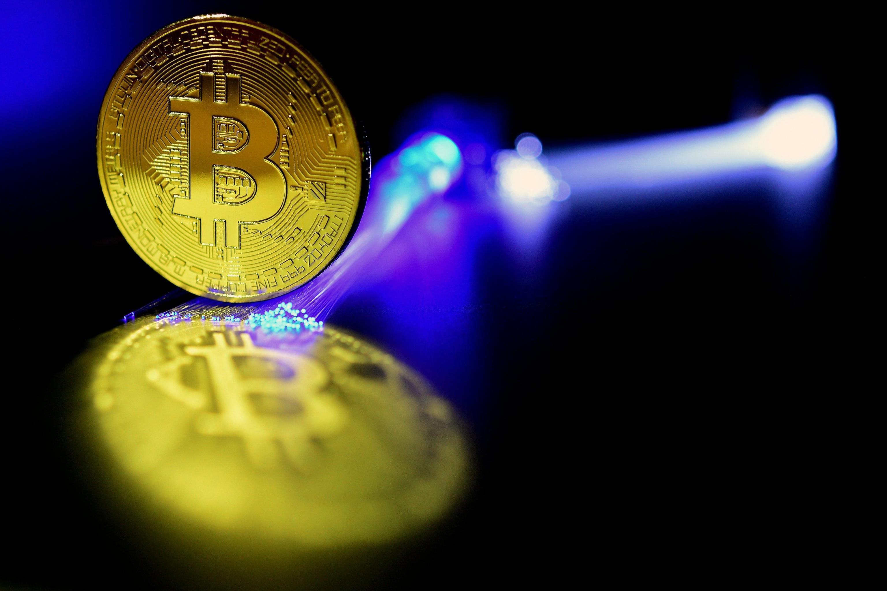 Bitcoin sotto 10.000 dlr, -50% da record