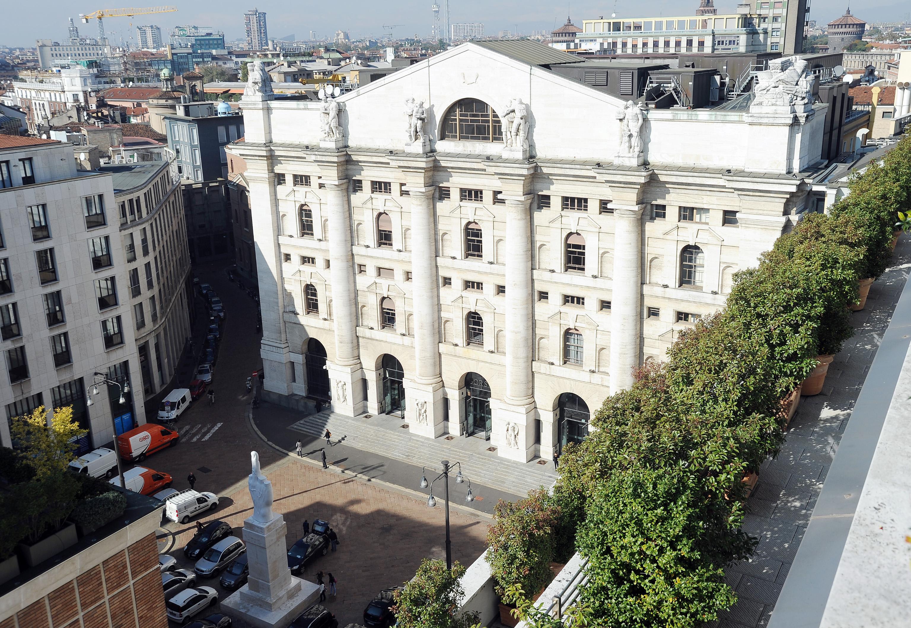 Borsa: Milano sale con banche e petrolio