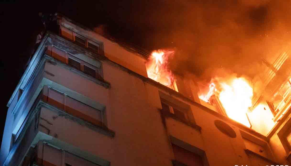 Risultati immagini per Francia: fiamme in un palazzo a Parigi