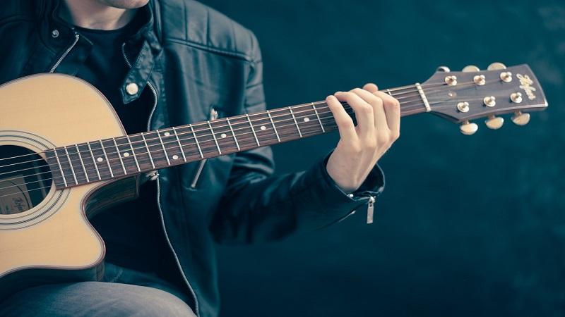 Suonare la chitarra: come imparare in breve tempo