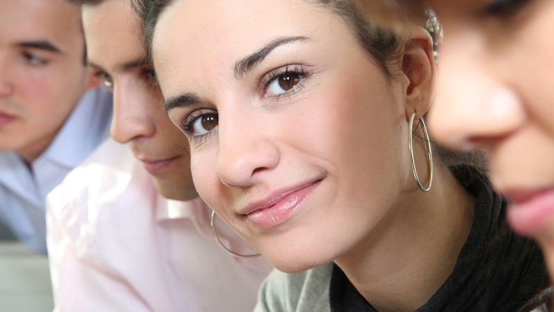 Capelli corti orecchini grandi o piccoli