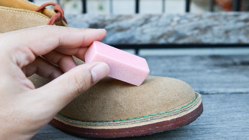 pulizia quotidiana e rimozione macchie scarpe di camoscio