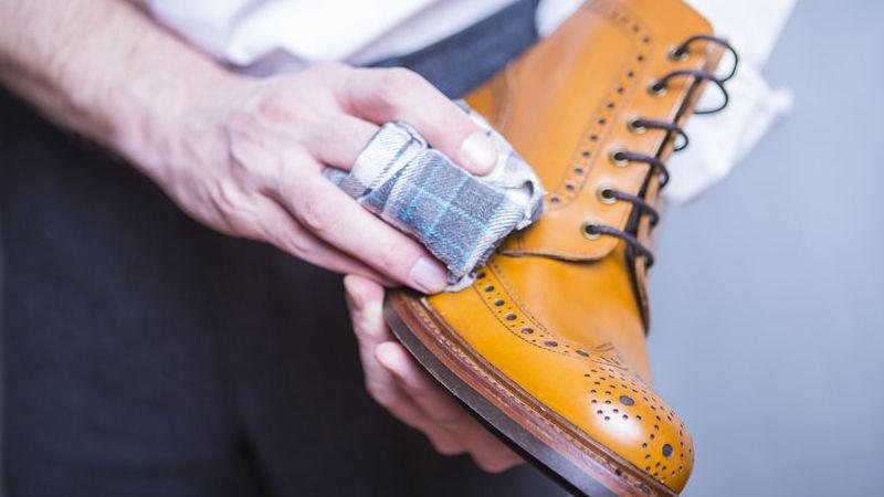pulire scarpe, borse e divani in pelle