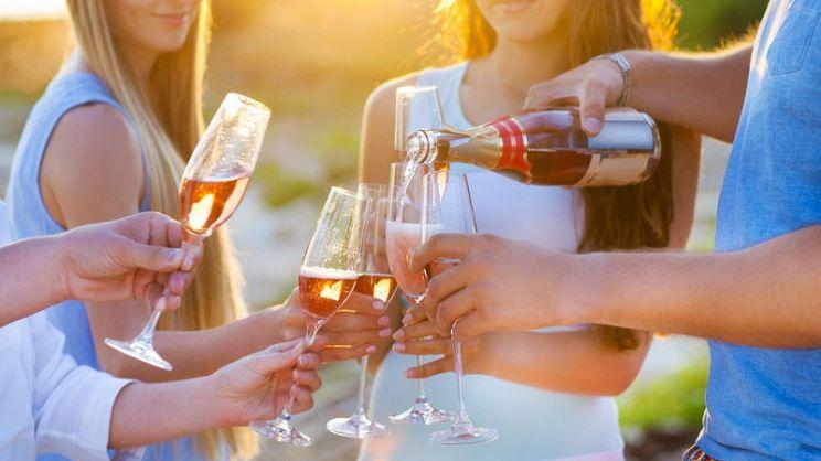 Credenza Per Vino : Come si fa il vino rosato rosé e abbinarlo al cibo