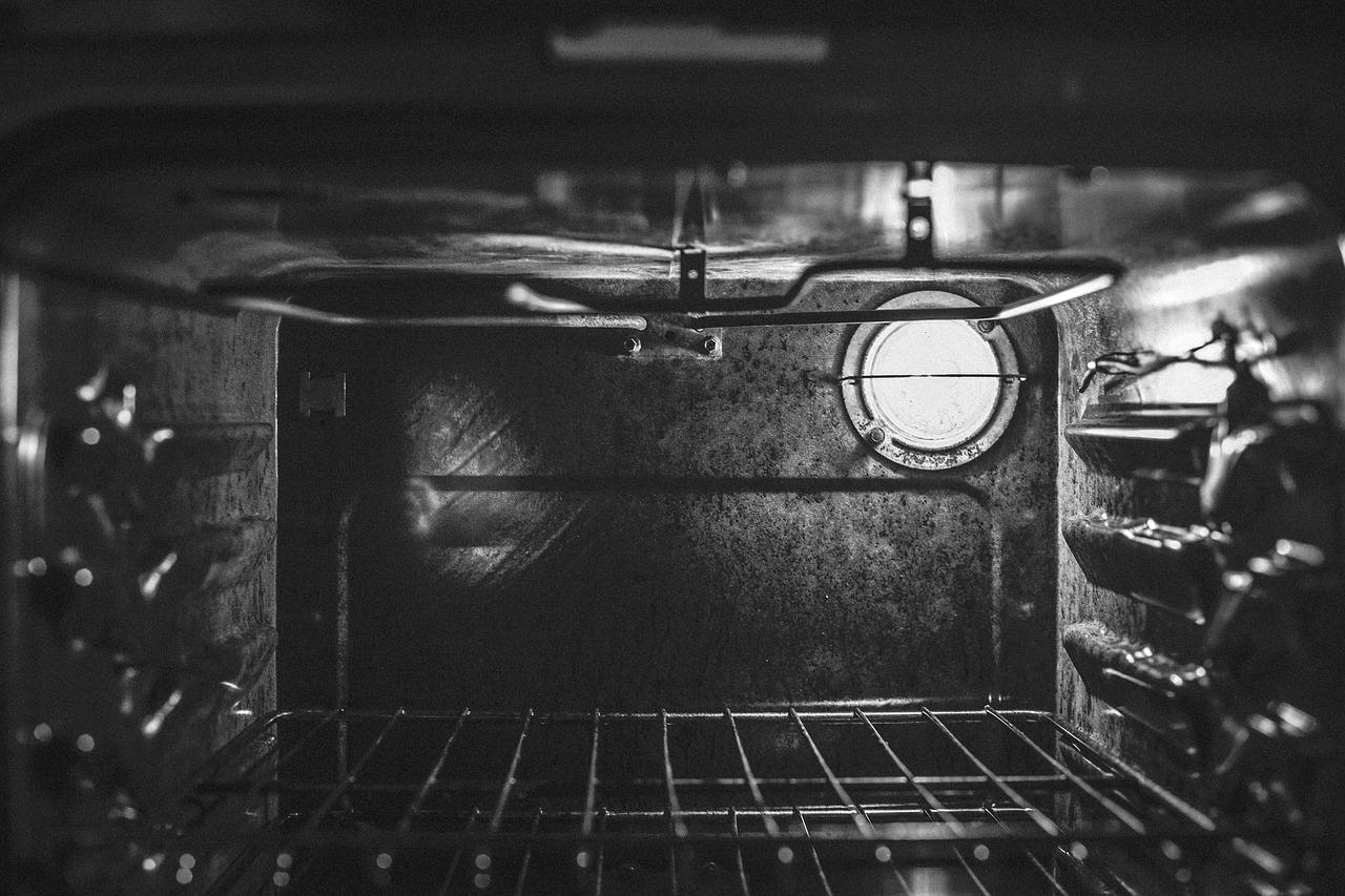come pulire il forno incrostato senza fatica?