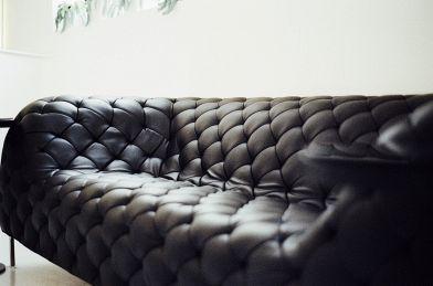 Come pulire un divano in pelle: tutti i rimedi più efficaci