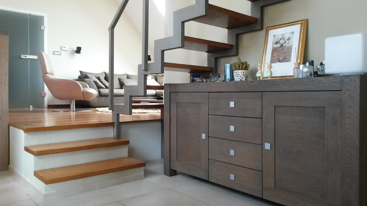 Rivestimenti per scale interne marmo legno o gres porcellanato