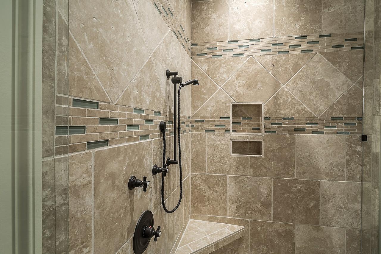 Come pulire le piastrelle del bagno da muffa e calcare