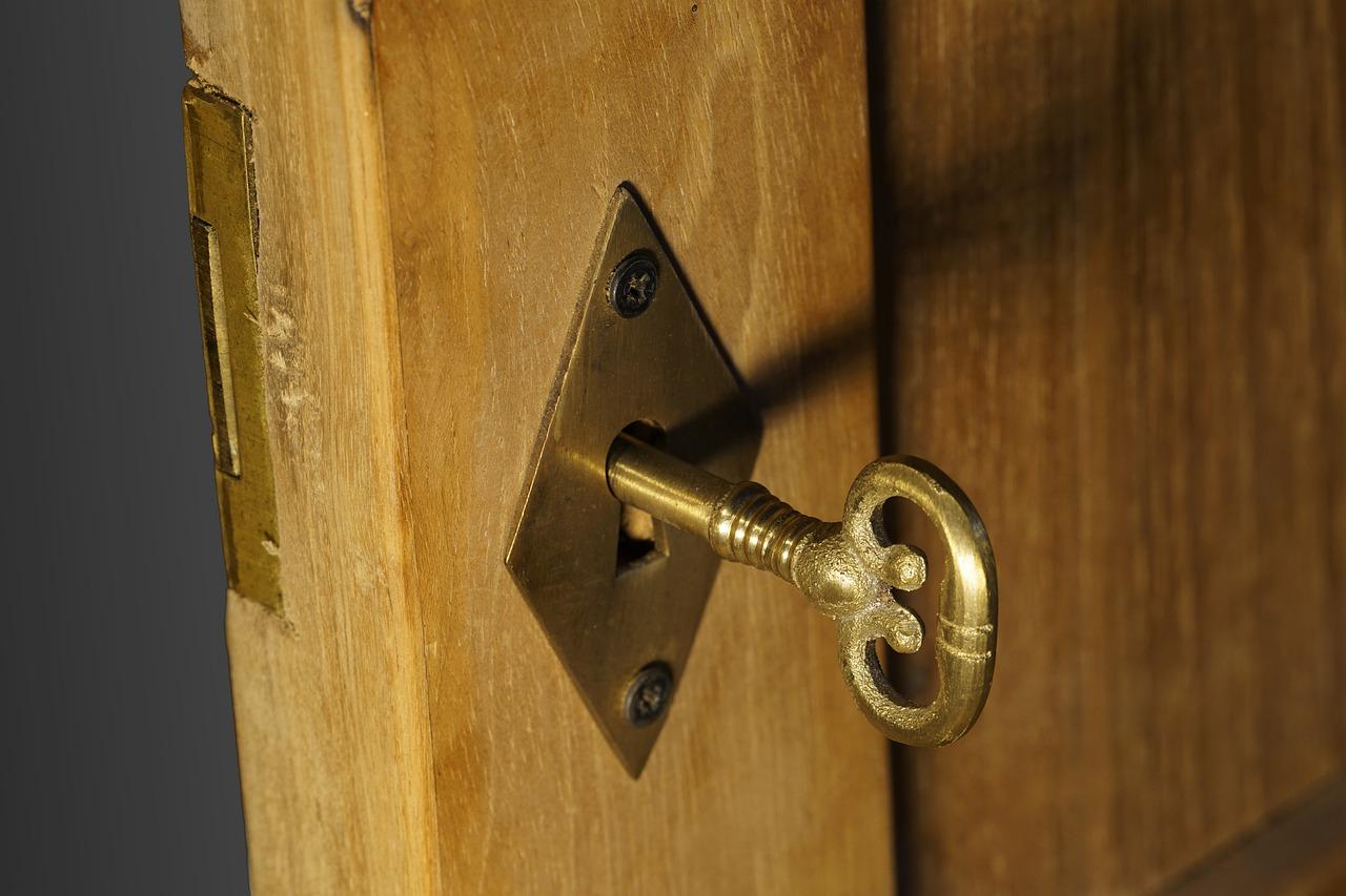 Come installare una serratura esterna per porte in legno